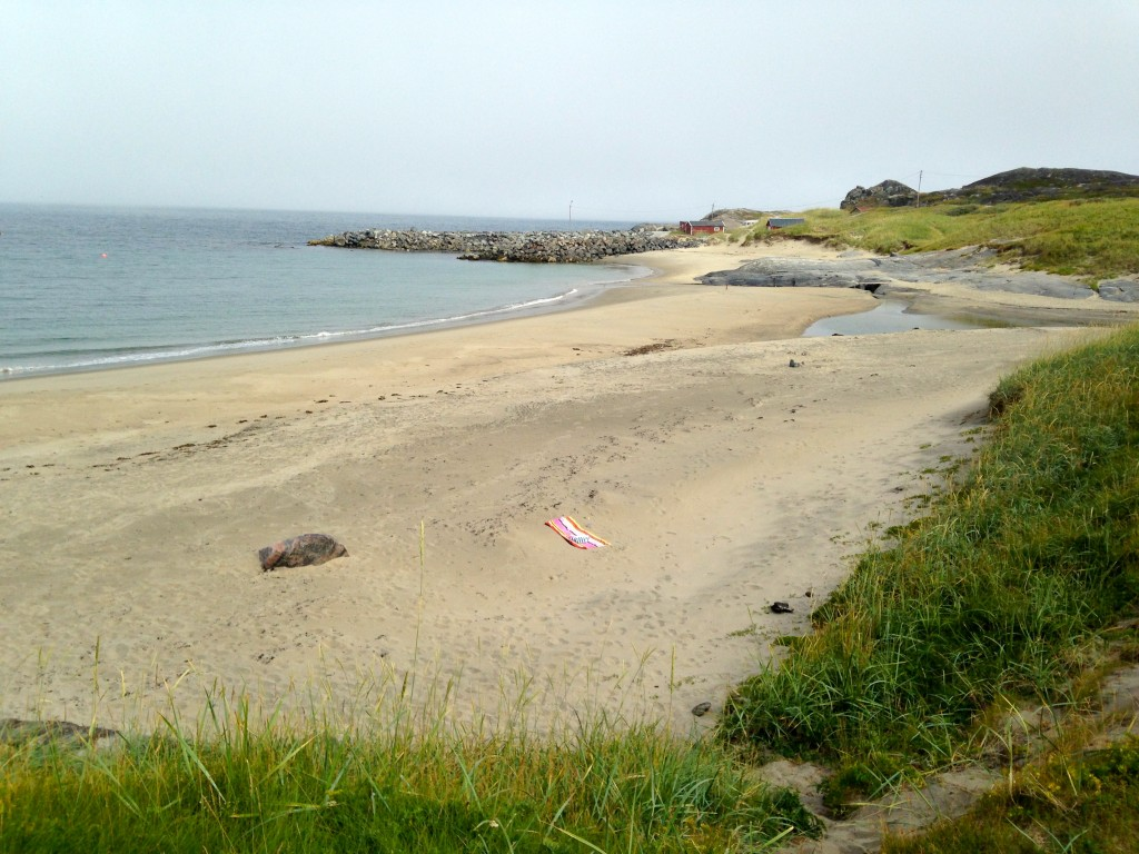Det ligger en söt strand vid Grense Jakobselv som Beachwalkers badlakan trivdes finemang på