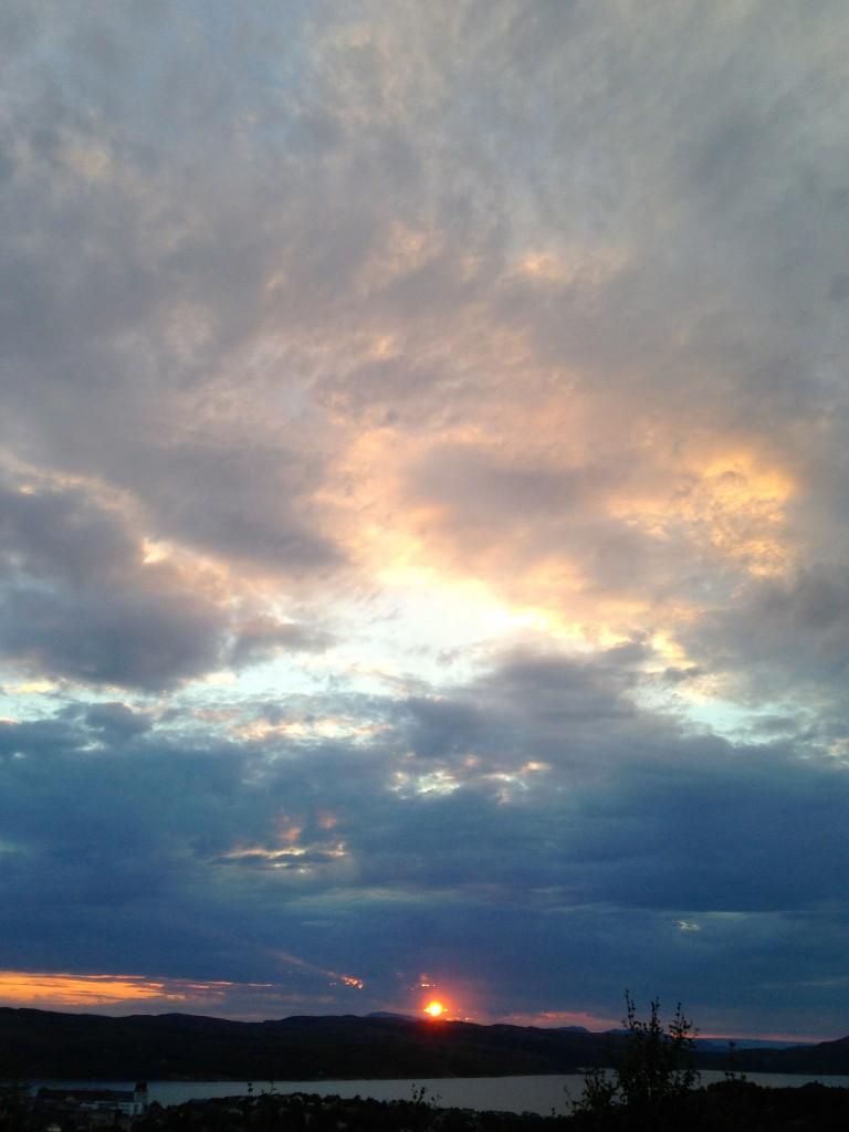 Det där solögat i Kirkens påminner mig om. När fyren på Fårö välkomnar mig med solblinkningar på hösten under strandvandringarna när jag passerar själva auran...