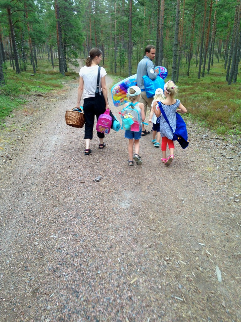 Finska familjen på väg till Lappvikstrand. Inga andra var på väg dit denna dag förutom B